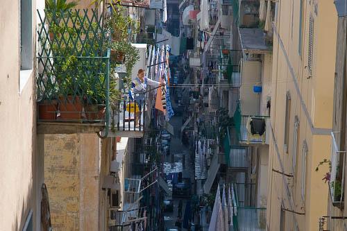 Una estrecha calle del viejo Nápoles.